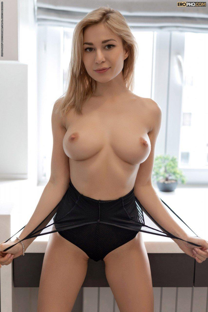 Голая девица возбуждает натуральной грудью